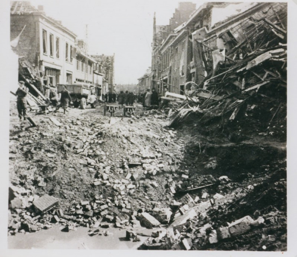Stadscentrum Zevenaar na de explosie in de nacht van 3 april 1945.